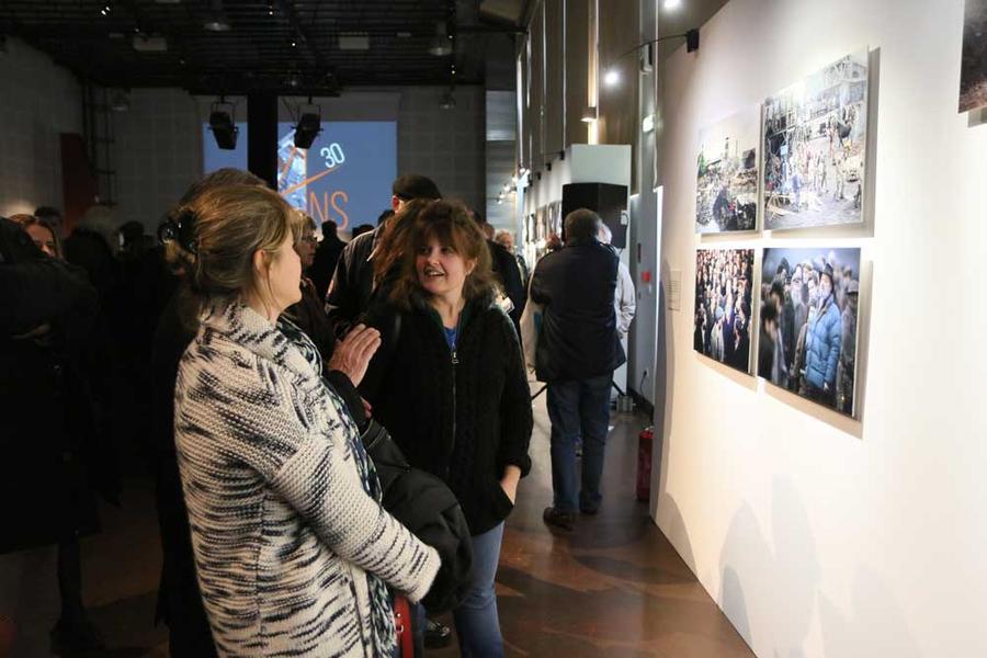 """Les invités ont apprécié l'exposition """"l'envers du décor"""", installée pour cet anniversaire"""