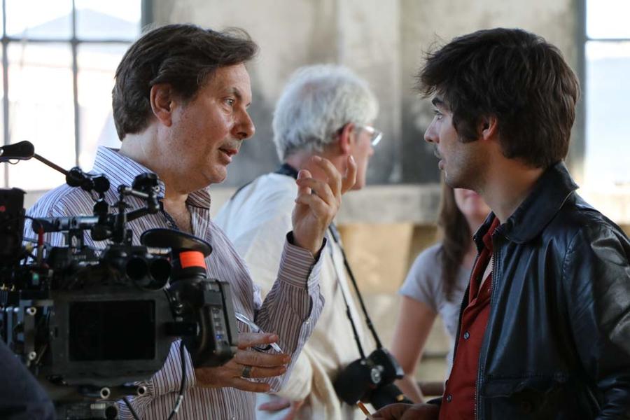 Dan Franck expliquant à l'un des acteurs ce qu'il souhaite voir dans la scène