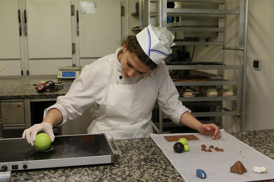 Pour faire tenir les différentes parties des montages, on utilise du chocolat en guise de colle.