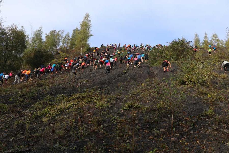 L'ascension du terril Sabatier, l'une des épreuves phare de la course.