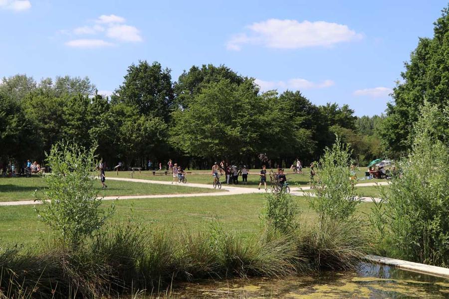 Le Parc est aussi un espace de verdure où on peut profiter d'un moment de détente.