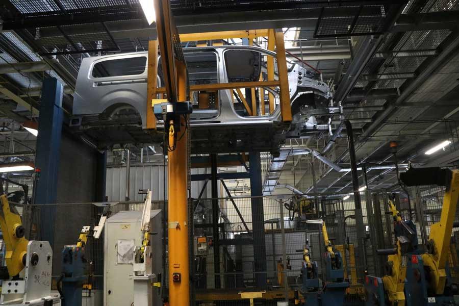 Les utilitaires sont transportés de zone de fabrication en zone de fabrication par des convoyeurs.