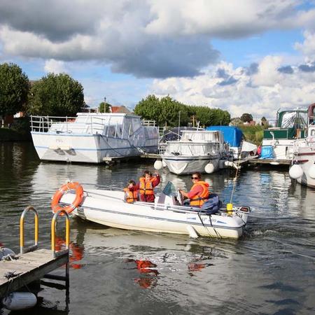 Il est possible de louer des bâteaux électriques au port fluvial