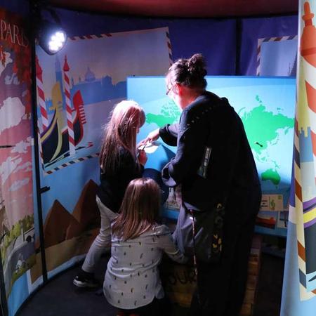 Les enfants ont pu partir à la découverte des cinq continents grâce la compagnie L'Éléphant dans le Boa.