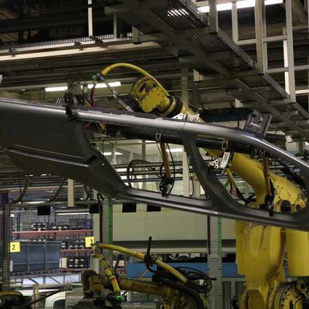 Les bras robotisés assemblent les différentes parties du véhicule.