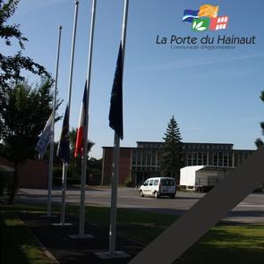 Les drapeaux du siège de La Porte du Hainaut sont en berne en hommage aux victimes de l'attentat de Nice du 14 juillet 2016.